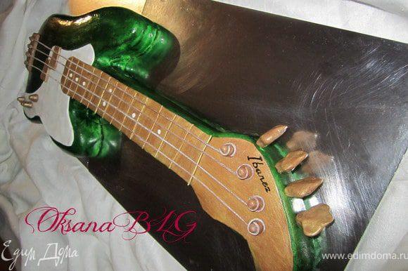 К сожалению более детальных фото сборки тортика не сохранилось. Делала все по фотографии гитары.