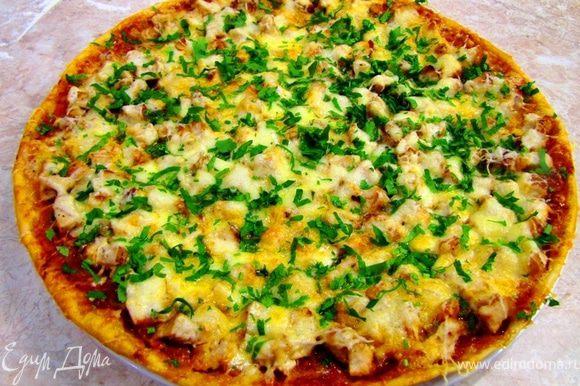 В предварительно разогретую духовку до максимальной температуры (у меня 250 градусов) положите на решетку форму с пиццей в самый низ духовки. Запекайте 7-10 минут, пока сыр не расплавится и не начнет карамелизоваться. Проверьте пиццу снизу на готовность. Если вы положите не в самый низ, то верх пиццы уже приготовится, а тесто снизу не пропечется и не образует восхитительную корку снизу. У меня был Пармезан и я дополнительно посыпал им сверху пиццу. Посыпьте пиццу укропом.