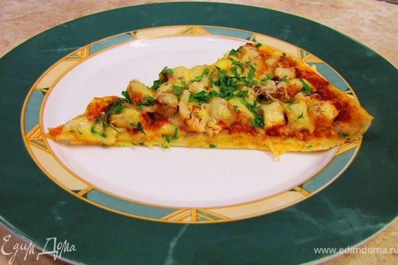 """Важно Лучше всего к этой пицце подходит свежий укроп. Используйте только качественную томатную пасту без всяких крахмалов и других дополнений. Если вы любите добавлять растительное масло в тесто - добавляйте, но я все же рекомендую один раз попробовать по моему рецепту. Существует заблуждение, что дрожжам нужен сахар для их развития. Это совершенно не так. При этом в тесте может появиться """"лишняя"""" сладость, которая может портить вкус. Я здесь обжаривал куриную грудку потому, что, во-первых это быстрее, во-вторых, обжаривание дает дополнительную гамму вкуса, в третьих - мясо не пережаривается, а для белого мяса это очень важно, иначе оно будет сухим. Выпекайте пиццу всегда при максимальной температуре. Кладите пиццу всегда в самый низ духовки. В качестве заправки хорошо использовать оливковое масло Exra Virgin. Если вы хотите добавить в начинку грибы - возьмите грамм двести свежих шампиньонов, порежьте их кубиками и обжарьте на сильном огне в небольшом количестве масла в течение пяти минут отдельно от всего остального. Посолите их в конце жарки и слегка остудите. Когда будете формировать пиццу, положите грибы вместе с мясом. В остальном придерживайтесь основного рецепта. Если вы хотите попробовать вариант из говядины (что в принципе я очень приветствую) просто отварите говядину по своему или по одному из моих рецептов, остудите ее, порежьте кубиками и добавьте в начинку вместо куриной грудки."""
