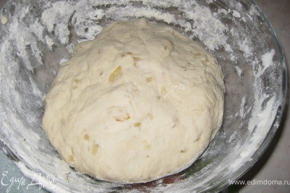 Выкладываем тесто на доску, по-немногу подспыпая еще 0,5-1 ст.муки( смотрите по тесту, мука бывает разная). Хорошо месим тесто 7-10 минут. тесто должно быть мягким и не липнуть к рукам.