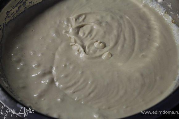 Охлажденный крем добавьте уже ко взбитым сливкам на низкой скорости миксера.