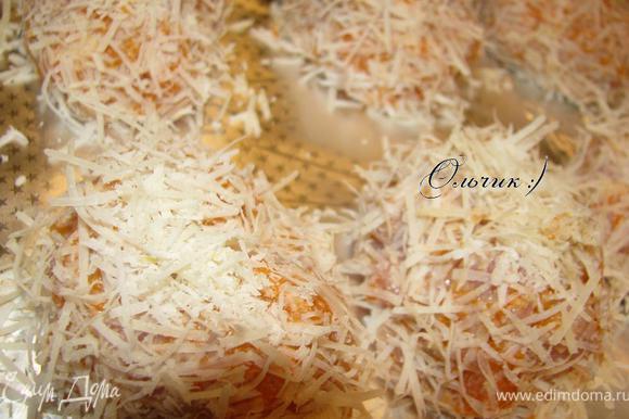 Противень выстелить фольгой, смазать ее растительным маслом. Выложить котлетки.