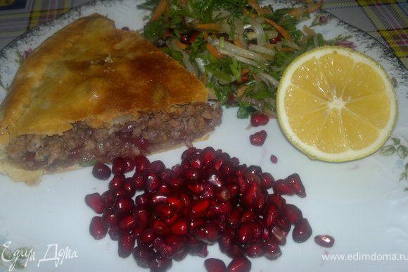 подавала я его с салатом, который очень нравится моей семье,именно с рыбой))) сейчас выставлю и его)))) Приятного всем апетита))))