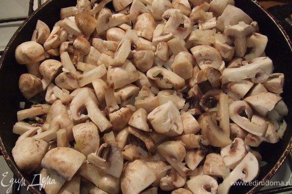Лук очистить, нарезать кубиками. сковородку разогреть, добавить масла и обжарить лук. Шампиньоны вымыть, нарезать и соединить с луком, немного посолить. Потушить пока не выкипит вода с шампиньонов.Затем добавить в овощной бульон.