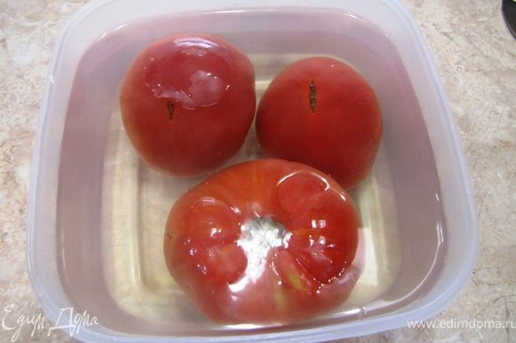 Тем временем положите помидоры, предназначенные для соуса в кипяток на пару минут. Так будет легко удалить кожуру.