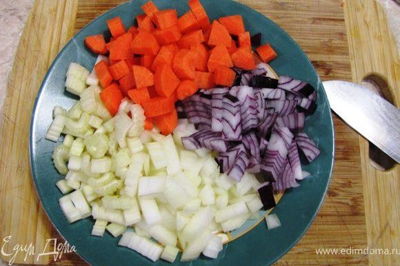 Несмотря на схожесть ингредиентов и богатства вкуса с Буф бугиньон, это блюдо готовится значительно проще. Разрежьте мясо на одинаковые по весу куски. Хорошенько проверьте куски на наличие осколков костей, т.к. при рубке они образуются. Срежьте весь лишний жир. Промойте мясо и обсушите при помощи кухонного полотенца. Старайтесь не использовать мороженное мясо. Из свежего охлажденного мяса блюдо получается значительно вкуснее и нежнее. Почистите овощи. Помидоры окуните в кипяток на пару минут и снимите кожицу. Порежьте овощи довольно крупно. У меня кусочки получились пять миллиметров в толщину.
