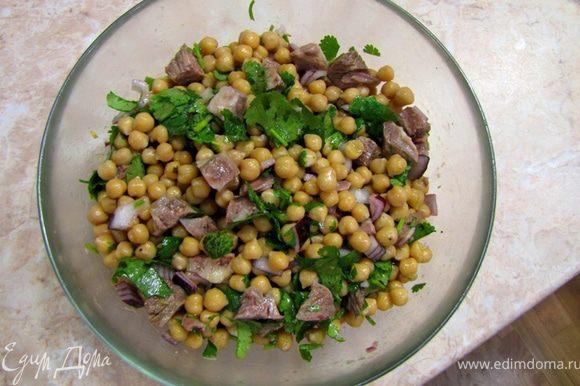 Приготовьте соус Винегрет или используйте готовый (предварительно взболтав его), вылейте в салат. Перемешайте. Добавьте перец и маленькую щепотку соли. Снова перемешайте. Дайте постоять полчаса, чтобы лук замариновался и потерял остроту.