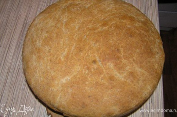 Духовку разогреть до 240*С выпекать хлеб 30 минут, затем снизить температуру до 200*С и выпекать еще 10-15 минут до румяного цвета.