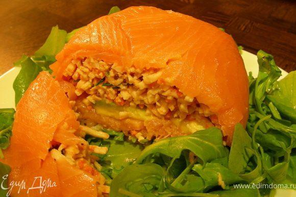На тарелку выкладываем листья салата, сверху наш шар и подаем. Приятного аппетита)))