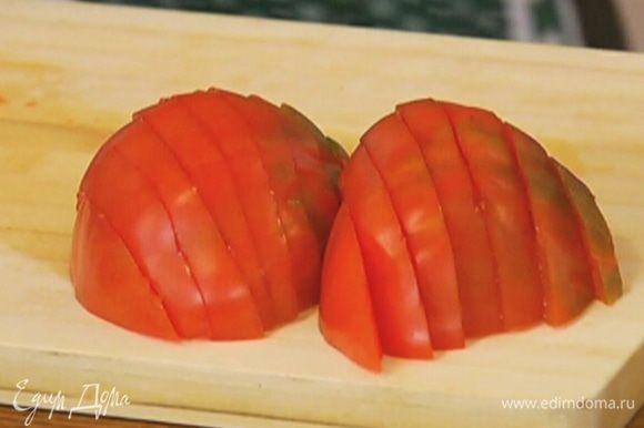 Помидор нарезать кружками (если помидор крупный - полукольцами).