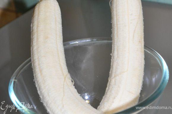 Бананы отчистить от кожуры и размять вилкой. Когда бананы спелые и мягкие они легко разминаются, у меня они были твердые поэтому я их измельчила блендером.