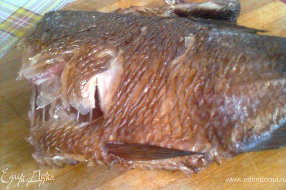 затем отделяем от кожуры,чистим его от рыбей гости,чтобы не попало в горло при еде,так же очищяем гранат( он у меня уже очищеный)