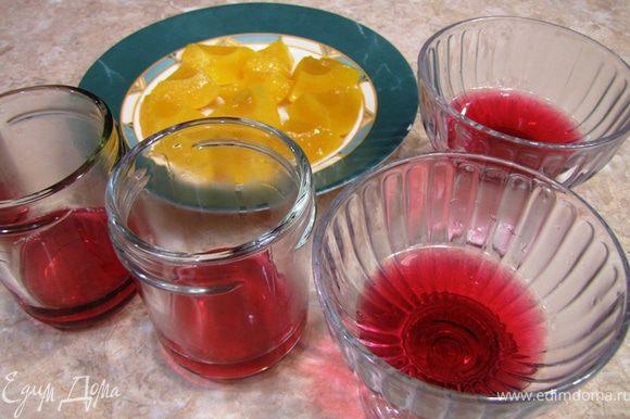 Половинки персиков разрежьте на 4 части (можете не разрезать, а использовать так). Налейте в формы желе около 1 сантиметра толщиной и поставьте в холодильник застывать на час.