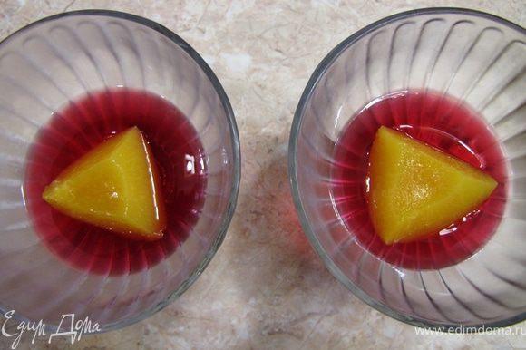 Если желе уже схватилось, выложите поверх персики. За счет того, что желе схватилось, персики не всплывут и останутся посередине желе.