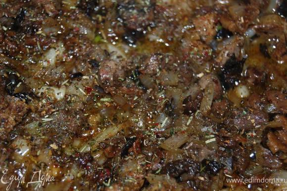 На сливочном масле обжарить мелко нарезанные печень,белую луковицу и грибы.
