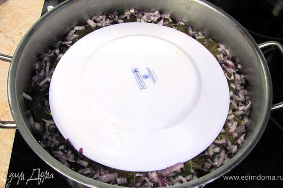 Мелко порубите третью головку лука и посыпьте сверху. Залейте готовым бульоном или водой так, чтобы вода даже не прекрывала долму (только до середины верхнего ряда). Накройте перевернутой тарелкой и закройте крышкой. Доведите до кипения. Готовьте очень маленьком огне 40 минут. После приготовления дайте постоять в кастрюле по крайней мере минут 15. Подавайте с чесночным соусом, который я разместил в соусах.
