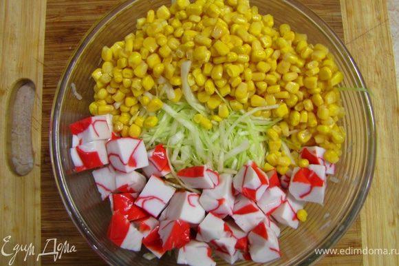 Откройте банку с кукурузой. Сок из банки выпейте , кукурузу вместе с крабовым мясом положите в емкость для салата.