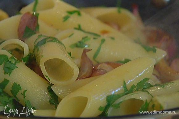 Макароны слить и отправить в сковороду с луком, добавить петрушку, влить уксус, все перемешать и еще немного прогреть.