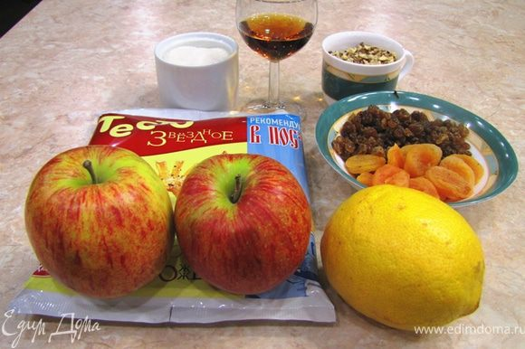 Итак - Штрудель яблочный из слоеного теста Для простоты я использую готовое мороженное слоеное тесто. На начинку в этом случае уходит около 15 минут.