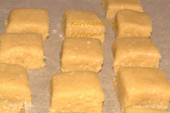 Убираем тесто в холодильник на 30 минут. Противень застелить пергаментом, смазывать не надо. Скалкой формируем из теста пласт толщиной 2-2,5 см и, с помощью ножа формируем брусочки. Раскладываем заготовки на пергаменте на небольшом расстоянии друг от друга.