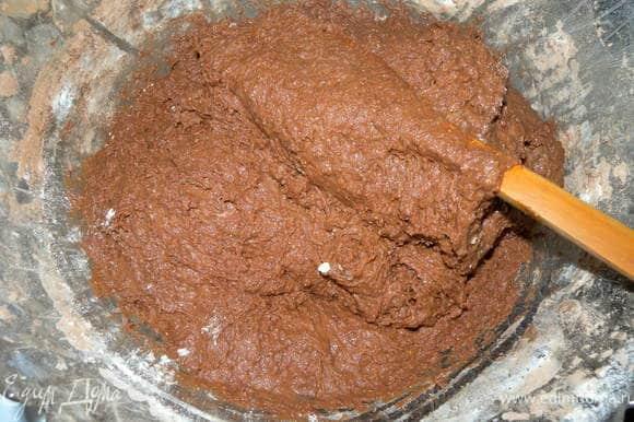Тесто я разделила на 2 части. из одной - торт, из другой - печенье. Тесто вымесить деревянной лопаткой. оно жидковатое для рук. Переложить сразу в форму смазанную холодным маслом. Дать постоять в теплом месте некоторое время до увеличения в объеме. Выпекать при 180 до готовности.