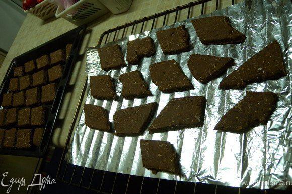 Пришлось на решетку настелить фольгу. Поставить, чтобы печенье подошло. Выпекать при 180 до готовности. Около 1 часа.