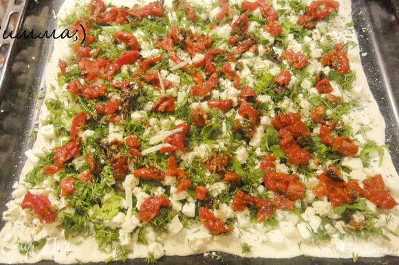 Нарезать вяленую помидору и разложить на сыр.