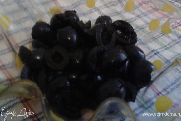 маслины разрезать на 2 части