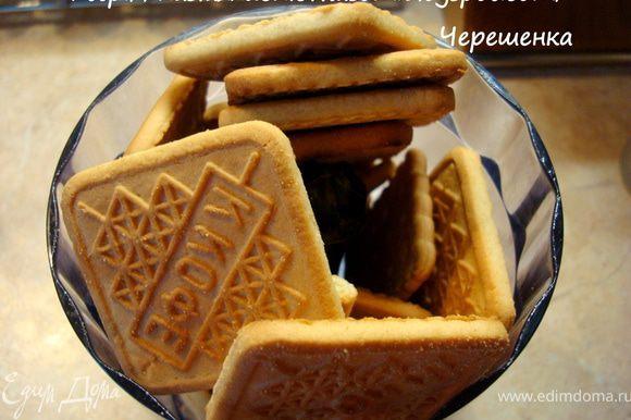 Печенье измельчить в блендере (комбайне, мясорубке)… Смотрите сами, если вы любите, чтобы в пирожном не встречались кусочки, то измельчайте очень сильно, до однородной крошки. Если же, как я, предпочитаете чтобы в «Картошке» были кусочки печенья, то можно все измельчить в однородную крошку, а часть печенья сложить в пакетик и сверху несколько раз пройтись скалкой… Печенье измельчится, но крупными и неравномерными кусочками…