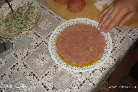 Выливаем на тарелку. Берем нашу лепешку из фарша и одной стороной ложим в тарелку с яичной смесью.