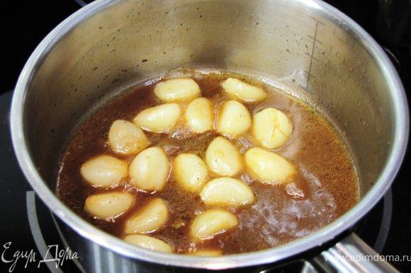 Выложите зубчики на доску и слегка обсушите. Положите чеснок в мясной соус и варите на маленьком огне 15 минут. Выкладывайте чеснок вместе с мясом и соусом.
