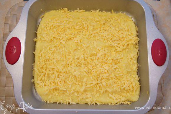 Выложить поленту в форму для запекания, смазанную маслом. Желательно использовать большую неглубокую форму, чтобы толщина поленты была не более 1-2 см. Если взять глубокую форму и полента будет толще, чем 1-2 см,то можно будет после приготовления её разрезать. Сверху посыпать тёртым сыром. Дать постоять.