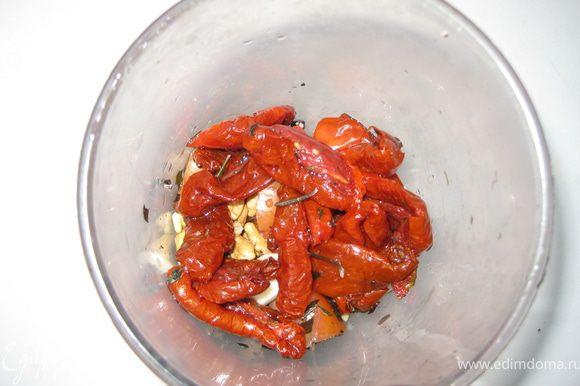 Все предельно просто : в блендере взбиваем вяленые томаты, помидор, чеснок, базилик, орехи. Понемногу добавляем оливковое масло (можна из томатов), паприку, в конце подмешиваем тертый пармезан, еще раз взбиваем. Соус готов! (У меня вяленые томаты были с чесноком, так что мне одного зубка хватило для остроты, если у вас без чеснока, можна дать больше).