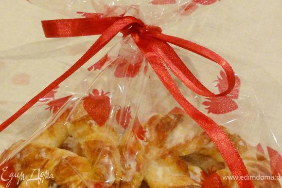 Такие крендельки будут хорошим подарком на рождество. Положите их в пакет из слюды или органзы. Завяжите красивую ленту, на которую можно привязать маленькую открытку с поздравлениями)))
