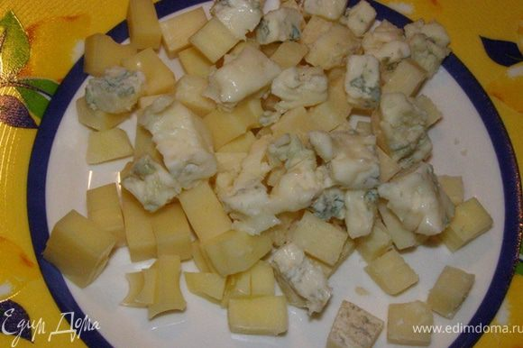 Нарезать кубиком весь сыр