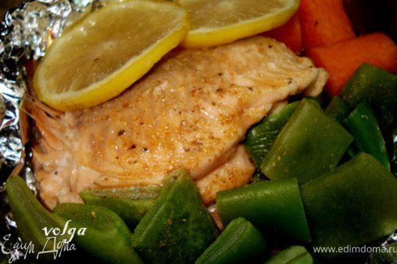 или капусту. Сверху на рыбу по 2 кусочка лимона.Завернуть фольгу в виде лодочки и поставить готовиться. В пароварке 10-15 минут, в духовке 20-25 минут.