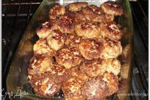 Форму для выпечки сбрызнуть масло, выложить фрикадельки и поставить в духовку, нагретую до 200 градусов на 10 минут.