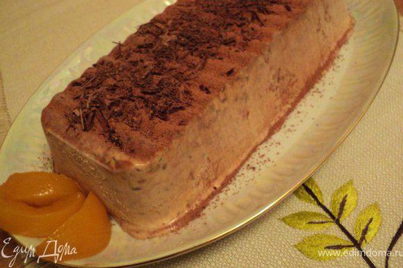 За 1 час до подачи семифредо достать из формы, перевернув его на блюдо и поставить в холодильник. Готовое мороженое присыпать какао, украсить стружкой из шоколада.