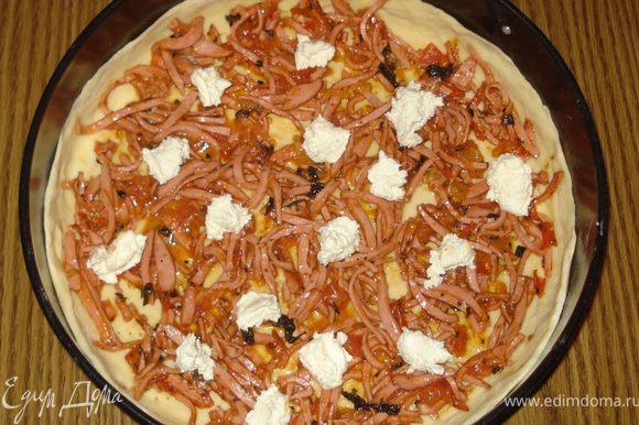 Теперь укладываем начинку. Сначала на тесто положить колбасу с помидорами. Деалее, в нескольких местах положить кусочками смесь творога и творожного сыра.