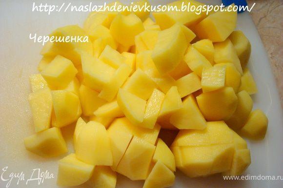Теперь очередь картофеля, порезанного кубиками… Кладем его на сковороду, добавляем соль и черный молотый перец, и наливаем кипятка столько, чтобы вода была вровень с мясом и овощами… Доводим до кипения, закрываем крышкой и тушим 15-20 минут, практически до готовности картофеля (в зависимости от сорта)…