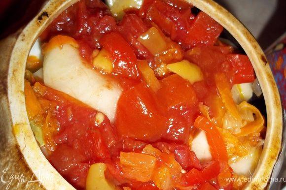 Горшочек всередине смазать чесноком. Затем слоями выложить картофель, капусту, перец и помидоры. Я вместо перца и помидор использовала вышеуказанную мной приправу из перца и помидор (овощи в приправе резанные на кусочки, а не перемолотые на мясорубке). Верхний слой помидоры и перец. Затем в горшочек налить 2\3 стакана овощного бульона или воды.