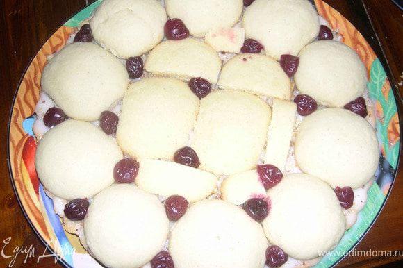 Каждый шарик обмакиваем в сметанный крем и выкладываем их на корж-основу.Можно положить вишню или как вам угодно,можно и без ягод,промазываем кремом и т.д.
