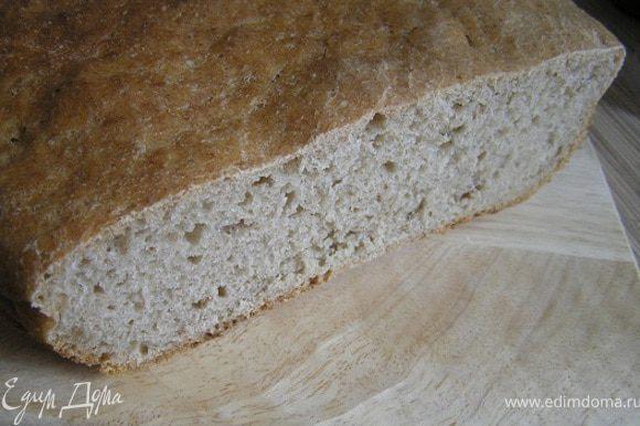 Готовый хлеб горячим вынуть из формы, сбрызнуть водой, завернуть в кухонное полотенце и положить в пакет (или накрыть фольгой и укутать полотенцем). Через 1 час можно разрезать и пробовать. Приятного аппетита!