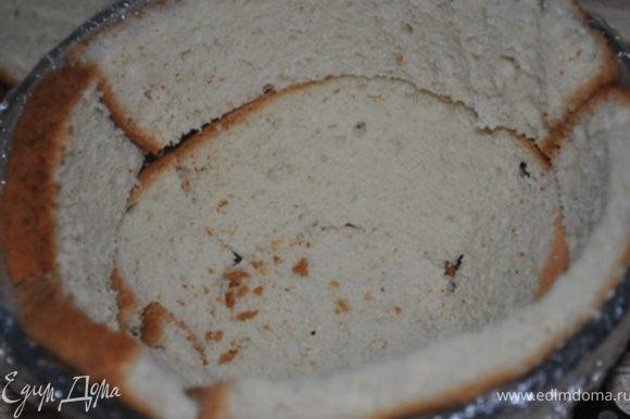 Выложить дно и бока миски кусочками бисквита (используя только 2 части).