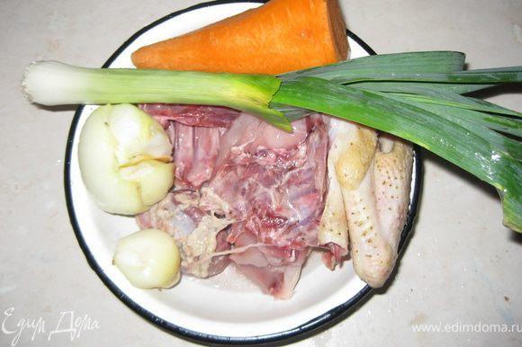 Разрезанм нашу курицу на большие куски,ставим в кастрюлю (приблиз.на 3 литра) с холодной водой, добавляем очищенную морковь(целую), луковицу, в которую вдавливаем гвоздику, лук-порей, лавровый лист, перец, и варим на маленьком огне бульйон. У меня половина курицы была домашняя, деревенская, половина покупной бройлер, бройлер сварился достаточно быстро, я его вытянула быстрее.