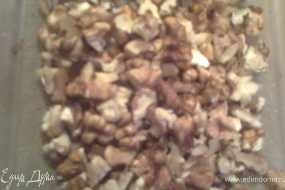 """Рубим ножом орехи не""""в пыль""""(у меня грецкие,купила кг,теперь везде добавляю,вчера-в печенье овсяное от Елены)"""