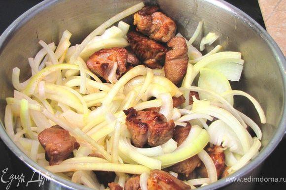 Поставьте мясо на средний огонь и положите туда лук. Положите сушеный тимьян.