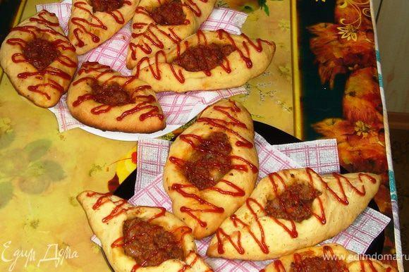 Расстегайчики после полного остывания можно украсить кетчупом или другим соусом))