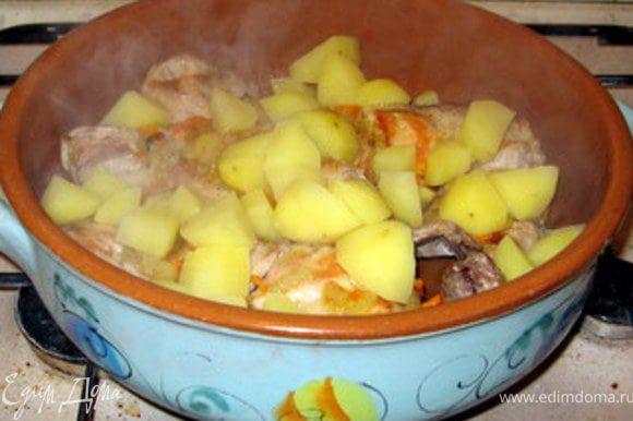 В форме, которая затем пойдёт в духовку и в которой блюдо будет подано на стол, соединить кролика с овощами, приправить и потушить вместе пару минут. Добавить картофель, порезанный на крупные кубики. (Я картофель всегда отвариваю в подсолёной воде пару минут перед духовкой). Поставить в духовку. Я использую керамическую форму, поэтому ставлю блюдо в холодную духовку. Разогреть духовку до 180° и запекать кролика около 40 минут. (Я влила пару ложек воды).