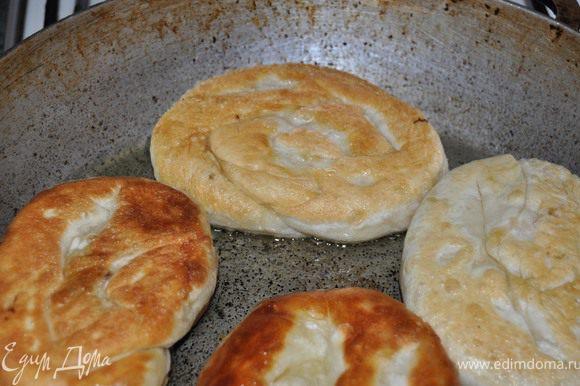 Сковороду с маслом разогреть и на среднем огне жарить плацинты.